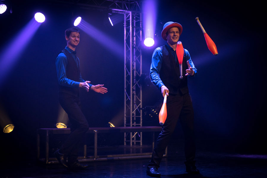 Numéro de vol massues de jonglage et chapeau en duo